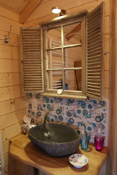 Cabanes perch es dans les arbres la cabane perch e eglantine - Cabane dans les arbres avec salle de bain ...